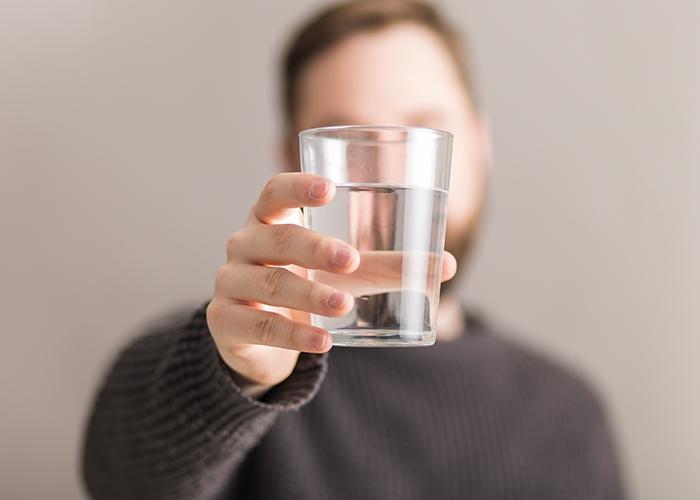 Como a ingestão correta de água pode ajudar no alívio da enxaqueca